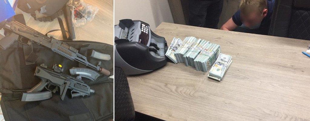 Broń palna, amunicja oraz gotówka skonfiskowane zatrzymanym - źródło: cyberpolice.gov.ua