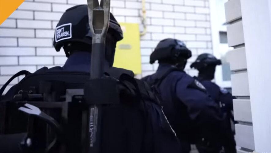 ukraińska policja podczas zatrzymania hakerów z grypy ransomware clop